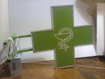 Аптечный крест днем